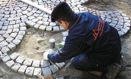 Процесс укладки гранитной брусчатки